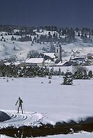 Europe/France/Franche-Comté/25/Doubs/Mouthe : Skieur et village et clocher de Mouthe en hiver