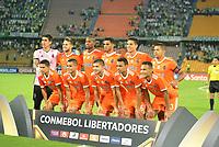 MEDELLIN - COLOMBIA, 14-02-2019: Jugadores de La Guaira posan para una foto previo al partido de la segunda fase, llave 6, entre Atlético Nacional (COL) y Deportivo La Guaira (VEN), por la Copa Conmebol Libertadores Bridgestone 2019, en el Estadio Atanasio Girardot, la ciudad de Medellín. / Players of La Guaira pose to a  photo prior a match for the second stage, key 6, between Atletico Nacional (COL) and Deportivo La Guaira (VEN), for the Conmebol Libertadores Bridgestone Cup 2019, at the Atanasio Girardot, Stadium, in Medellin city. Photos: VizzorImage / León Monsalve / Cont.