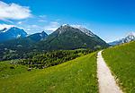 Deutschland, Bayern, Berchtesgadener Land, Ramsau bei Berchtesgaden: Gnotschaft (Ortsteil) Schwarzeck, Blick vom Soleleitungsweg (Wanderweg) in die Berchtesgadener Alpen mit Watzmann (links) 2.713 m und Hochkalter 2.607 m (Mitte) und Reiter Alpe - auch Reiter Alm genannt | Germany, Upper Bavaria, Berchtesgadener Land; Ramsau bei Berchtesgaden: district Schwarzeck, view from hiking trail 'Soleleitungsweg' towards Berchtesgaden Alps with summits Watzmann 2.713 m (left) and Hochkalter 2.607 m (middle) and Reiter Alpe mountain range, also called Reiter Alm