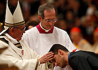 Papa Francesco battezza un giovane durante la Veglia pasquale nella Notte Santa, nella Basilica di San Pietro, Citta' del Vaticano, 30 marzo 2013..Pope Francis baptizes a young man during the Easter Holy Night Vigil in St. Peter's Basilica, Vatican, 30 March 2013..UPDATE IMAGES PRESS/Riccardo De Luca..STRICTLY ONLY FOR EDITORIAL USE