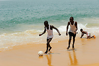 SIERRA LEONE Kent, youngster play soccer at the beach / SIERRA LEONE Kent, Jugendliche spielen Fussball am Strand
