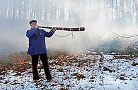 Nederland - Arnhem - 17 december 2017 .  Op 16 en 17 december vond Landleven Winter plaats in het Nederlands Openluchtmuseum. Midwinterhoornblazen in de sneeuw.  Foto Berlinda van Dam / Hollandse Hoogte