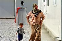 Nach dem Erdbeben im August in der Tuerkei leben tausende Menschen in Zeltlagern und Behilfszelten. Das tuerkische Militaer hat nahe der Ortschaft Asagi Yuvacik Mahallesi das Zeltlager Mehmetzik Kenti fuer ca. 4.500 Menschen errichtet. Hier leben Menschen, deren Haeuser vollstaendig zerstoert wurden.<br /> Hier: Die Lagerschule mit der davor in der Tuerkei obligatorische Atatuerk-Bueste.<br /> 13.10.1999, Asagi Yuvacik Mahallesi/Tuerkei<br /> Copyright: Christian-Ditsch.de<br /> [Inhaltsveraendernde Manipulation des Fotos nur nach ausdruecklicher Genehmigung des Fotografen. Vereinbarungen ueber Abtretung von Persoenlichkeitsrechten/Model Release der abgebildeten Person/Personen liegen nicht vor. NO MODEL RELEASE! Nur fuer Redaktionelle Zwecke. Don't publish without copyright Christian-Ditsch.de, Veroeffentlichung nur mit Fotografennennung, sowie gegen Honorar, MwSt. und Beleg. Konto: I N G - D i B a, IBAN DE58500105175400192269, BIC INGDDEFFXXX, Kontakt: post@christian-ditsch.de<br /> Bei der Bearbeitung der Dateiinformationen darf die Urheberkennzeichnung in den EXIF- und  IPTC-Daten nicht entfernt werden, diese sind in digitalen Medien nach §95c UrhG rechtlich geschützt. Der Urhebervermerk wird gemaess §13 UrhG verlangt.]