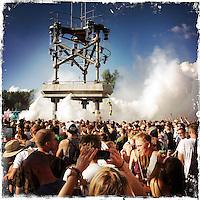 """Fusion-Festival 2014 auf dem Gelaende des Kulturkosmos e.V. in Laerz/Mecklenburg-Vorpommern.<br /> Bis zu 65.000 Menschen kommen jaehrlich fuer 5-6 Tage  zur """"Fusion"""" nach Laerz.<br /> Das linke Festival, was von den Besuchern und Machern scherzhaft auch als """"Ferienkommunismus"""" bezeichnet wird, ist eine Mischung aus Techno-Dancefloors, Theater und Live-Auftritten von politischen Bands.<br /> Die Karten fuer dieses Festival sind nur ueber die Fusion-Internetseite per Losverfahren zu kaufen. Nur ca. jede dritte bis vierte Anmeldung fuer eine Karte hat Erfolg.<br /> Im Bild: Festivalbesucher warten auf die Eroeffnung des Dance Floor der sog. Turmbuehne.<br /> 26.6.2014, Laerz<br /> Copyright: Christian-Ditsch.de<br /> [Inhaltsveraendernde Manipulation des Fotos nur nach ausdruecklicher Genehmigung des Fotografen. Vereinbarungen ueber Abtretung von Persoenlichkeitsrechten/Model Release der abgebildeten Person/Personen liegen nicht vor. NO MODEL RELEASE! Don't publish without copyright Christian-Ditsch.de, Veroeffentlichung nur mit Fotografennennung, sowie gegen Honorar, MwSt. und Beleg. Konto: I N G - D i B a, IBAN DE58500105175400192269, BIC INGDDEFFXXX, Kontakt: post@christian-ditsch.de<br /> Urhebervermerk wird gemaess Paragraph 13 UHG verlangt.]"""