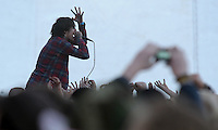 Das Festival With Full Force geht in die 18. Runde. 60 Bands aus der Hardcore-, Punk- und Metallszene haben sich auf dem haertesten Acker Deutschlands nahe Roitzschjora versammelt. Dazu gesellen sich nach Angaben der Veranstalter Sven Borges, Mike Schorler und Roland Ritter fast 30000 Besucher aus aller Welt. Drei Tage lassen die Bands ihre stromgestaehlten Gitarren gluehen und pusten per Mega-Boxenwand das Gras von der Landebahn des Sportflugplatzes. im Bild: Oliver Scott Sykes, Saenger der Metalcore-Band Bring me the Horizon liebt die Naehe zum Publikum.    Foto: Alexander Bley