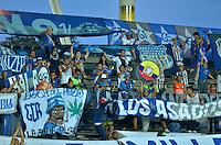 PEREIRA- COLOMBIA – 19-08-2014: Hinchas de Emelec de Ecuador, animan a su equipo durante partido de ida de la primera fase, de la Copa Total Suramericana entre Aguilas Doradas de Colombia y Emelec de Ecuador en el estadio Hernan Ramirez Villegas, de la ciudad de Pereira. / Fans of Emelec of Ecuador, cheer for their team during a match for the first round of the first phase, between Aguilas Doradas of Colombia and Emelec of Ecuador of the Copa Total Suramericana in the Hernan Ramirez Villegas in Pereira city. Photos: VizzorImage / Str.