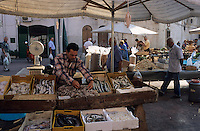 Europe/Italie/Pouille/Monopoli : Etal d'un poissonnier sur le marché devant la cathédrale