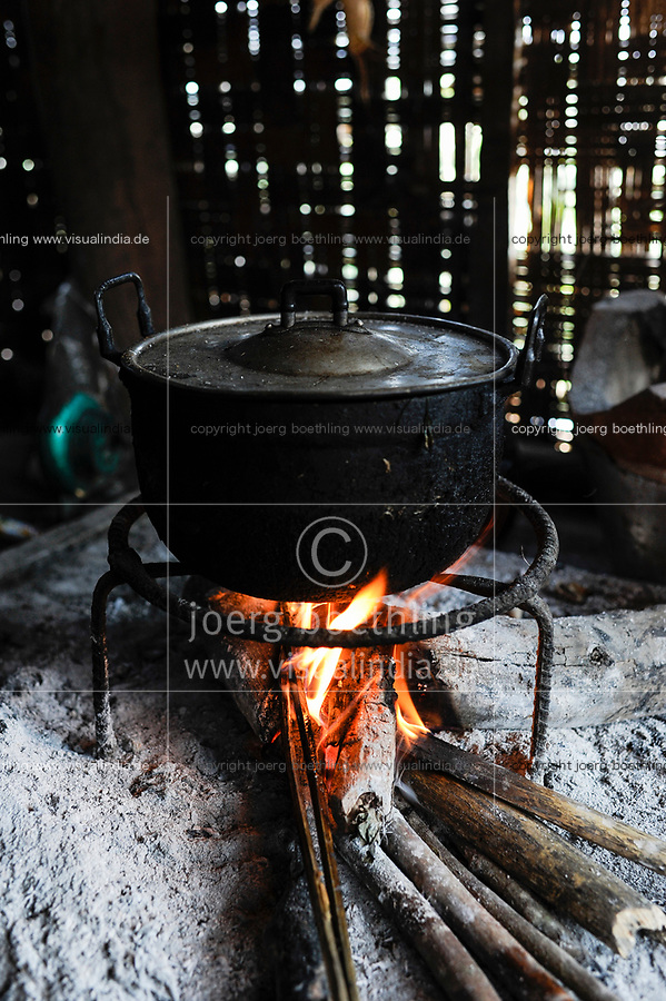LAO PDR, province Oudomxay , village Houyta, ethnic group Khmu, cooking with firewood / LAOS Provinz Oudomxay Dorf Houyta , Ethnie Khmu , kochen mit Feuerholz