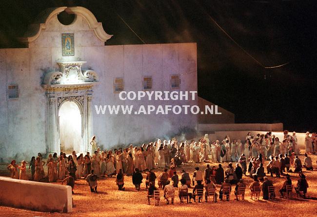 Arnhem,25-03-99  foto;Koos Groenewold (APA)<br />De opera Carmen zal vanavond en zaterdag in het Gelredomestadion in Arnhem te zien zijn.Dit is een opname van de generale repetitie die gisteravond laat werd opgevoerd in het stadion dat precies een jaar geleden werd geopend.<br /><br />VRIJBLIJVEND
