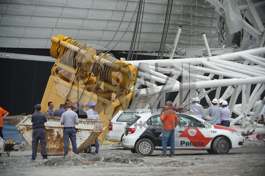 SAO PAULO, SP, 27.11.2013 - Queda de estrutura do estadio do Corinthians em Itaquera Zona Leste com 2 mortos.(Foto:Adriano Lima / Brazil Photo Press).