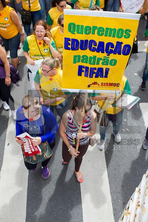 CURITIBA, PR, 26 DE NOVEMBRO DE 2013 – GREVE EDUCAÇÃO - Professores realizaram passeata pelas ruas de Curitiba ,na manhã dessa terça-feira(26), rumo a prefeitura de Curitiba, para reivindicar o aumento do piso salarial e redução da carga horária. O sindicado aguarda reunião com a prefeitura para defini o fim da paralização. (FOTO: PAULO LISBOA  / BRAZIL PHOTO PRESS)