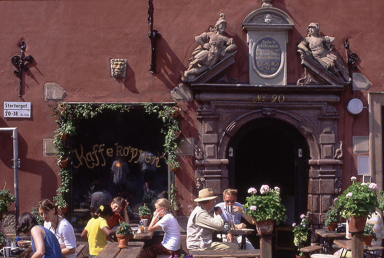 SWE, Schweden, Stockholm, Altstadt, Gamla Stan, Stortorget, Stortorget, der große Platz im Zentrum der Altstadt, wird von einem Ensemble mehrerer Haeuser aus dem 17. Jh. umringt. Hier laden mehrere kleine Restaurants und Cafes zumVerweilen ein.<br /> [Fuer die Nutzung gelten die jeweils gueltigen Allgemeinen Liefer-und Geschaeftsbedingungen. Nutzung nur gegen Verwendungsmeldung und Nachweis. Download der AGB unter http://www.image-box.com oder werden auf Anfrage zugesendet. Freigabe ist vorher erforderlich. Jede Nutzung des Fotos ist honorarpflichtig gemaess derzeit gueltiger MFM Liste - Kontakt, Uwe Schmid-Fotografie, Duisburg, Tel. (+49).2065.677997, fotofinder@image-box.com, www.image-box.com]