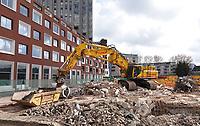 Nederland Leiden 2021. Afbraak van oudbouw in de stationsbuurt. Links nieuwbouw appartementen.   Foto ANP / Berlinda van Dam