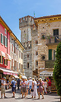 Italy, Lombardia, Sirmione, located on a small peninsula on the South Banks of Lake Garda: Old Town lane (Centro Storico) | Italien, Lombardei, Gardasee, Sirmione, auf einer Halbinsel am Suedufer des Gardasees gelegen: Altstadtgasse (Centro Storico)