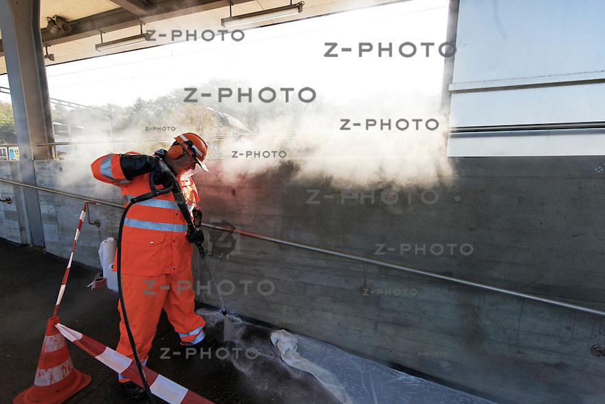 v.l.n.r. Morina Robert, Marjakaj Mus bei Graffiti Reinigungsarbeiten am Bahnhof Urdorf Kt. Zuerich am 26. September 2011<br /> © Copyright 2011 Zvonimir Pisonic / SBB CFF FFS
