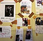 Le 11 mars 2011, un séisme de magnitude 9,0 et un tsunami dévastateur ont frappé la région de Tohoku, faisant plus de 15 000 morts et plus de 5 000 disparus. People place des messages d'information sur les disparus sur le mur d'un centre d'évacuation de Rikuzentakata, à Iwate.<br /> <br /> On March 11, 2011, earthquake of magnitude 9.0 and devastating tsunami hit the Tohoku area, killing more than 15,000 people and missing more than 5,000 people. People places messages for information on the missing people on the wall of a evacuation center in Rikuzentakata, Iwate.