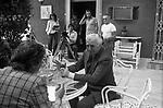 """VITTORIO  E MANUEL DE SICA CON FRANCO FABRIZI<br /> SUL SET DE """"L'EROE"""" DI MANUEL DE SICA ROMA 1974"""