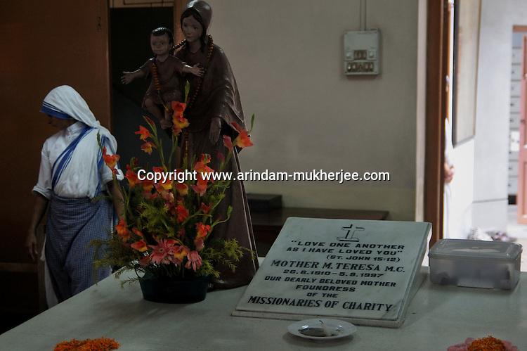 Tomb of Mother Teresa at the Mother's House, Kolkata, West Bengal, India. 18th August 2010. Arindam Mukherjee