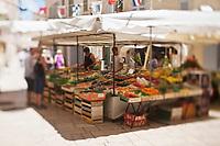 Europe/France/Provence -Alpes-Cote d'Azur/83/Var/Saint-Tropez: Etal de primeurs sur le  marché, PLace aux Herbes