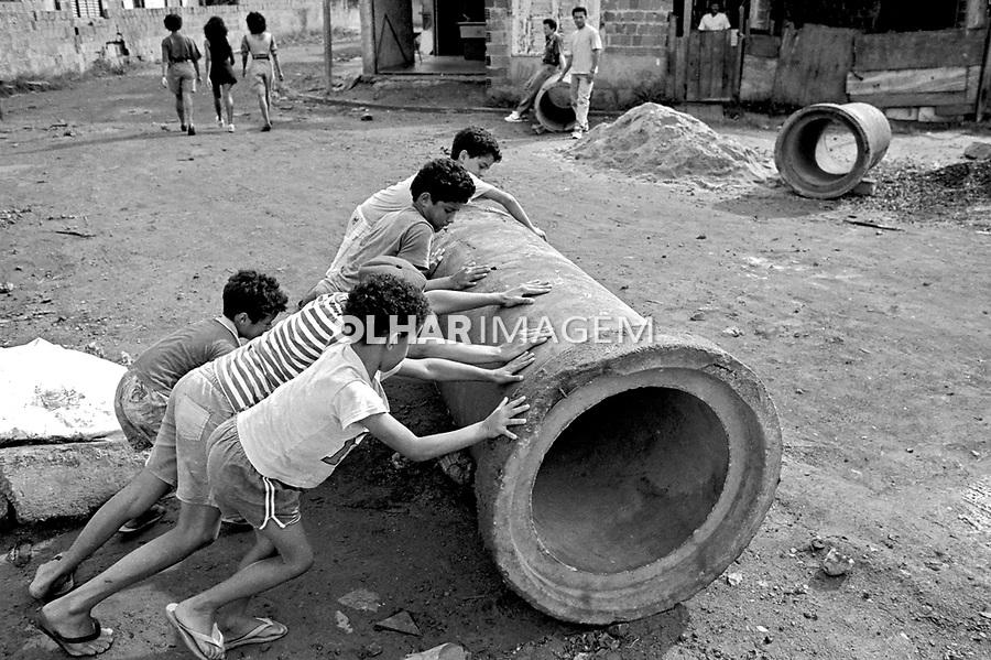 Crianças brincando na favela Heliópolis. São Paulo. 1992. Foto de Juca Martins.