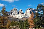 Italy, Trentino, Dolomites, autumn mood, Gruppo Sassolungo mountains in Alto Adige | Italien, Trentino, Dolomiten, Herbststimmung, im Hintergrund die Langkofelgruppe in Suedtirol