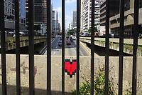 SÃO PAULO, SP, 18.03.2020 - IMAGEM DO DIA-SP - Coração entre grades pode ser visto na Avenida Paulista, em São Paulo, nesta quarta-feira, 18. (Foto Charles Sholl/Brazil Photo Press/Folhapress)