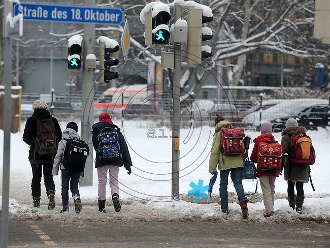 Nach ergiebigem Schneefall in den letzten Tagen sind die Leipziger Starßen noch  immer voll von Schnee. Die Beräumung dauert an. Beräumungszustand in Leipzig Schleußig - im Bild:   Fußgängerampel Straße des 18. Oktober / Johannisallee - hier müssen die Schulkinder über eisigen Untergrund balancieren beim Überqueren der Straße - diese ist allerdings frei von Schnee.   Foto: Norman Rembarz..Norman Rembarz , Autorennummer 41043728 , Holbeinstr. 14, 04229 Leipzig, Tel.: 01794887569, Hypovereinsbank: BLZ: 86020086, KN: 357889472, St.Nr.: 231/261/06432 - Jegliche kommerzielle Nutzung ist honorar- und mehrwertsteuerpflichtig! Persönlichkeitsrechte sind zu wahren. Es wird keine Haftung übernommen bei Verletzung von Rechten Dritter. Autoren-Nennung gem. §13 UrhGes. wird verlangt. Weitergabe an Dritte nur nach  vorheriger Absprache..