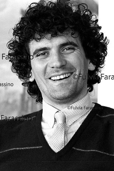 Milano, 1981 Massimo troisi alla terrazza Martini di Milano dopo la proiezione in anteprima  ai critici cinematografici del  film: Ricomincio da tre