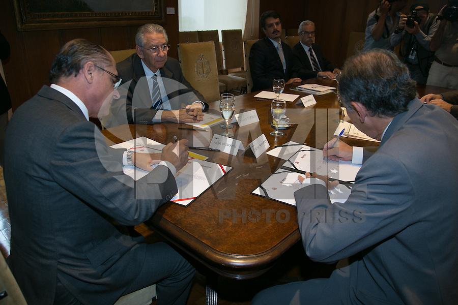 ATENÇÃO EDITOR: FOTO EMBARGADA PARA VEÍCULOS INTERNACIONAIS. SAO PAULO, SP, 23 DE JANEIRO DE 2013. ASSINATURA DE ACORDO ENTRE GOVERNO DE SP E SECOVI.  O governador de São Paulo, Geraldo Alckmin, durante assinatura de protocolo de intenções  entre o governo e o Sindicato das Empresas de Compra, Venda, Locação e Administração de Imóveis Residenciais e Comerciais de São Paulo, SECOVI,  para atrair investimentos internacionais no ramo imobiliario no Estado de São Paulo. FOTO: ADRIANA SPACA/BRAZIL PHOTO PRESS