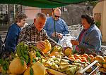 Italien, Kampanien, Sorrento: Obst und Gemueseverkauf in der Altstadt | Italy, Campania, Sorrento: fruit and vegetables sales booth in Old town