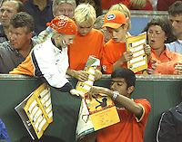 20030921, Zwolle, Davis Cup, NL-India, Rohan Bopanna signing autographs for Dutch fans