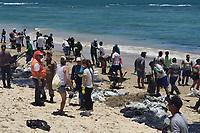 Cabo de Santo Agostinho (PE), 21/10/2019 - Poluição-Nordeste - Trator é usada para retirar óleo encontrado na praia do Paiva no munícipio de Cabo de Santo Agostinho em Pernambuco nesta segunda-feira (21). (Foto: Bruno Lafaiete/Código19)