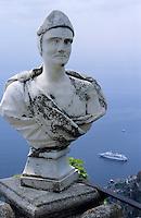 Europe/Italie/Côte Amalfitaine/Campagnie/Ravello : Villa Cimbrone (érigée au début du XIX° par Lord William Bechett) - Statue du belvédère du jardin