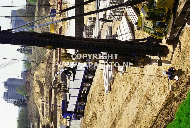 Arnhem,261100  Foto: Koos Groenewold (APA-Foto)<br />Op dit moment wordt  het voormalige voetbalveld van de voetbalclub Vitesse `Nieuw Monikkenhuizen` druk gebouwd   <br />Langzaam begint de bouw vorm te krijgen. Op het voormalige voetbal- en trainingsveld worden ruim 200 huizen gebouwd.<br />Het laagste punt op het terrein ligt op ongeveer 34 meter boven NAP en het hoogste op 60 meter boven NAP.Om dat hoogteverschil te overbruggen moeten de woningen in rijen op terassen worden geplaatst.De bewoners kunnen vanuit hun woning over elkaars daken heenkijken.