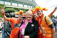 28-6-07,England, Wimbldon, Tennis,  Erica Terpstra viert met een paar Nederlandse supporters de overwinning van Michaella Krajicek