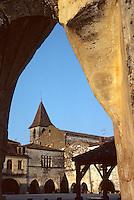 Europe/France/Aquitaine/24/Dordogne/Vallée de la Dordogne/Périgord/Périgord noir/Monpazier: La place centrale et le clocher de l'église (XIIIème-XIVème)