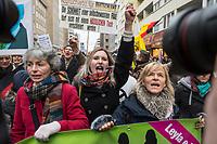 """Ca. 800 Menschen folgten am Samstag den 17. Februar 2018 in Berlin dem Aufruf der AfD-Frau Leyla Bilge zu einem sog. """"Marsch der Frauen"""". Sie demonstrierten gegen Zuwanderung und Fluechtlinge, die """"nur nach Deutschland kommen um hier Frauen zu schaenden"""" so einige Teilnehmer.<br /> Der rechte Aufmarsch wurde nach 750 Metern durch Strassenblockaden von ca. 2.000 Menschen gestoppt. Leyla Bilge weigerte sich als Anmelderin drei Stunden lang den blockierten  Aufmarsch zu beenden und forderte von der Polizei die Blockaden zu raeumen. Ein Raeumungsversuch der Polizei scheiterte, da es zu viele Menschen waren, die auf der Strasse sassen.<br /> Nach drei Stunden beendete Bilge den Aufmarsch. Die Demosntranten, unter ihnen etliche Neonazis, sog. """"Identitaere"""" und AfD-Politiker zogen darauf ab und griffen dabei Gegendemosntranten und Polizeibeamte an. Mehrere Personen wurden festgenommen. Ein Teil fuhr zum Kanzleramt, dem urspruenglichen Ziel des Aufmarsches.<br /> Im Bild: Aufmarschteilnehmer rufen Parolen. Rechts: Heidi Mund, christlich-fundamentalistische Intiislamistin aus Frankfurt am Main. 2015 wurde sie wegen Volksverhetzung angezeigt, die Staatsanwaltschaft Frankfurt ermittelte gegen sie. <br /> 17.2.2018, Berlin<br /> Copyright: Christian-Ditsch.de<br /> [Inhaltsveraendernde Manipulation des Fotos nur nach ausdruecklicher Genehmigung des Fotografen. Vereinbarungen ueber Abtretung von Persoenlichkeitsrechten/Model Release der abgebildeten Person/Personen liegen nicht vor. NO MODEL RELEASE! Nur fuer Redaktionelle Zwecke. Don't publish without copyright Christian-Ditsch.de, Veroeffentlichung nur mit Fotografennennung, sowie gegen Honorar, MwSt. und Beleg. Konto: I N G - D i B a, IBAN DE58500105175400192269, BIC INGDDEFFXXX, Kontakt: post@christian-ditsch.de<br /> Bei der Bearbeitung der Dateiinformationen darf die Urheberkennzeichnung in den EXIF- und  IPTC-Daten nicht entfernt werden, diese sind in digitalen Medien nach §95c UrhG rechtlich geschuetzt. Der Urhebervermer"""