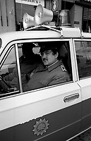 BERLINO EST / DDR / GERMANIA EST / 20 NOVEMBRE 1989.UNA PATTUGLIA DI POLIZIA DI FRONTIERA (VOPOS)..FOTO LIVIO SENIGALLIESI..EAST BERLIN / DDR / EAST GERMANY / 20 NOVEMBER 1989.MEMBERS OF THE EAST GERMAN VOLKPOLIZEI (VOPOS) PATROLLING THE STREET..PHOTO LIVIO SENIGALLIESI