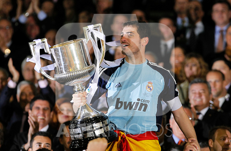 Real Madrid's Iker Casillas with the throphy of King's Cup 2001 Champion.April 20,2011. (ALTERPHOTOS/Acero)