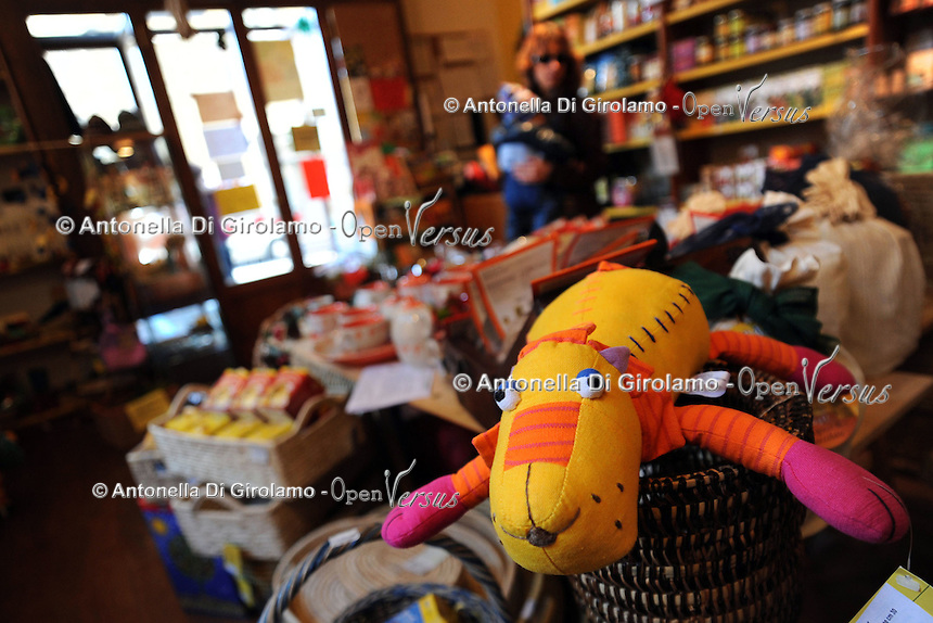 """Ekuò. Bottega equosolidale.Fair store..Il progetto EKUO' è un'iniziativa di ENGIM internazionale ONG-onlus (Ente Nazionale Giuseppini del Murialdo). Nell'ambito della cooperazione internazionale a favore dei paesi poveri del mondo, essa concretizza il proprio impegno di solidarietà anche attraverso l'apertura di """"botteghe"""" per il commercio equo e solidale..The project EKUO' is an initiative of international NGO-Onlus.Under the cooperation international support poor countries in the world, it gives substance to the commitment of solidarity by the opening of """" store, """" for the Fair Trade...."""