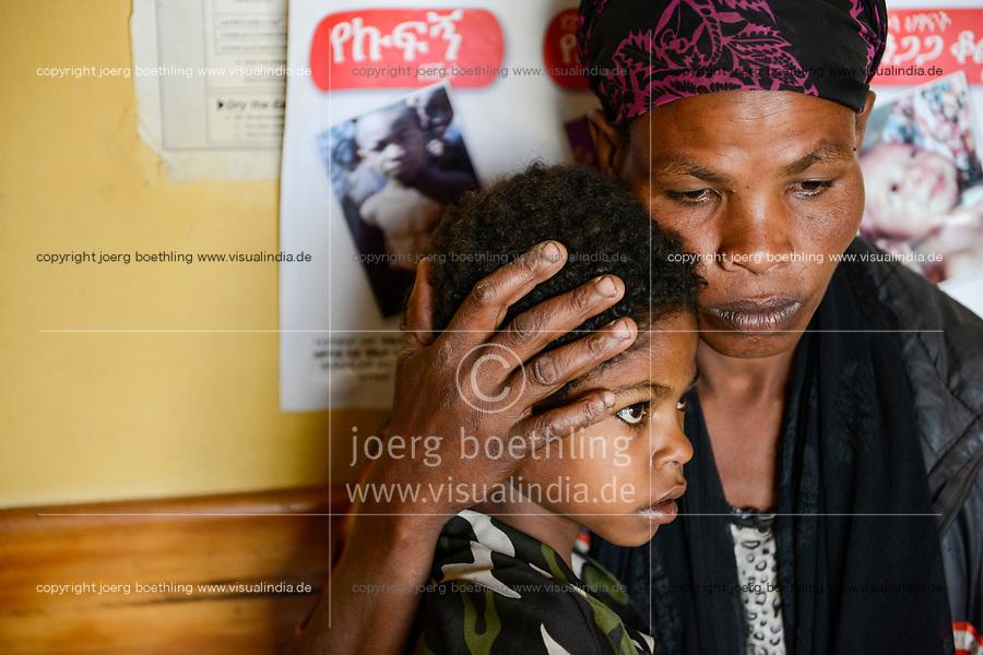 ETHIOPIA Taza Catholic Health Center / AETHIOPIEN Taza Catholic Health Center,  krankes Maedchen Bogalch Awka (10, Jahre) mit Mutter Abersn Awka und Vater Awka Wolebo)
