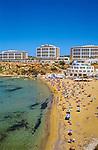 Malta, Golden Bay: beliebte Badebucht mit Sandstrand und dem Radisson SAS Hotel | Malta, Golden Bay: polular sandy beach with Radisson SAS Hotel
