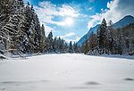 Deutschland, Bayern, Chiemgau, Ruhpolding: der zugefrorene Taubensee, dahinter die Chiemgauer Alpen | Germany, Bavaria, Chiemgau, Ruhpolding: frozen lake Taubensee and Chiemgau Alps