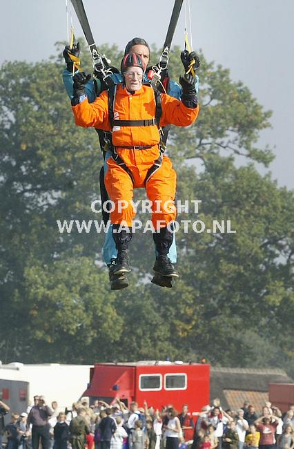 ede, 200903<br />Negen britse veteranen uit de tweede wereldoorlog hebben een parachutesprong boven de Ginkelse heide bij Ede gemaakt. Zij herdachten daarmee het begin van de Slag om Arnhem, 59 jaar geleden. De veteranen veraieren in leeftijd van 78 tot 84 jaar.<br />Foto: Sjef Prins - APA Foto