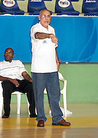 BUCARAMANGA - COLOMBIA - 29-04-2013: Guillermo Moreno entrenador de Manizales Once Caldas da instrucciones a los jugadores durante partido en el Coliseo Vicente Romero Diaz, abril 29 de 2013. Bucaros de Bucaramanga y Manizales Once Caldas en partido de la séptima fecha de la fase II de la Liga Directv Profesional de baloncesto (Foto: VizzorImage / Jaime Moreno / Str). Gullermo Moreno coach of Manizales Once Caldas gives instructions to the players during a match in the Coliseum Vicente Romero Diaz in Bucaramanga, April 29, 2013. Bucaros from Bucaramanga and Manizales Once Caldas in the seventh match of the phase II of the Directv Professional League basketball, game at the Coliseum Vicente Romero Diaz. (Photo: VizzorImage / Jaime Moreno / Str)..
