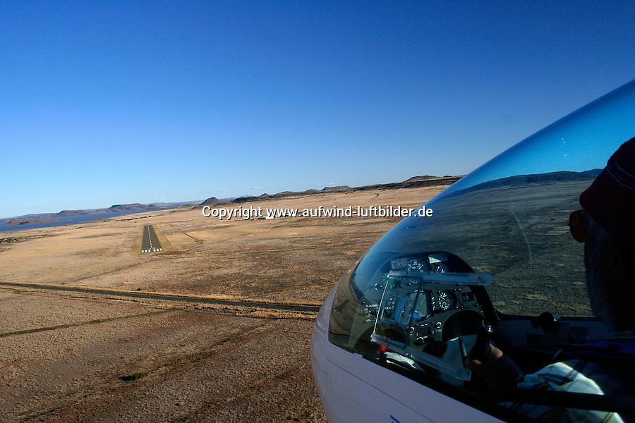 4415 / Duo Cockpit: AFRIKA, SUEDAFRIKA, 09.01.2007: Pilot beim Segelfliegen in einem Duo Discus Cockpit, Blick von aussen auf das Cockpit, Landeanflug voraus deie Landebahn des Flugplatzes Gariepdam