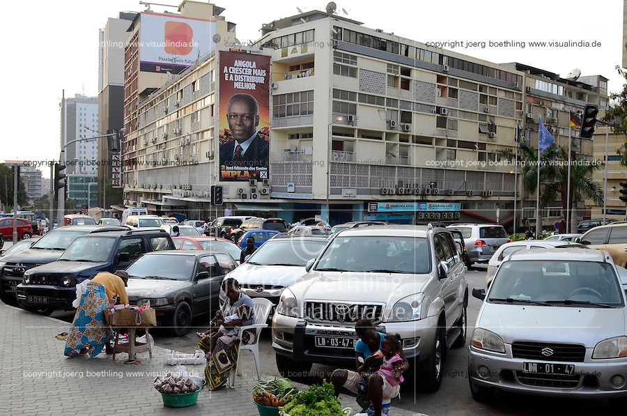 ANGOLA Luanda , Zentrum und Plakat mit José Eduardo dos Santos (geb. 28. August 1942 in Sambizanga) Praesident von Angola seit 1979 und Vorsitzender der herrschenden Partei MPLA, durch Einnahmen aus Oel und Diamanten Exporten gibt es einen gigantischen Bauboom und Luanda rangiert als zweit teuerste City weltweit - ANGOLA Luanda, city and poster of José Eduardo dos Santos who is president since 1979 and leader of party MPLA, due to revenues from oil and diamond exports a construction boom is seen everwhere and the real estate prices are extremely high , Luanda counts as second expensive city worldwide