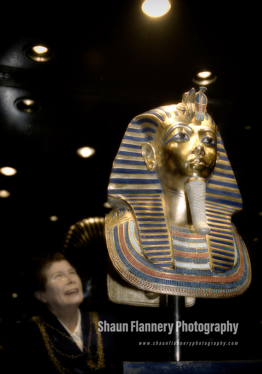 Pix: Shaun Flannery/shaunflanneryphotography.com...COPYRIGHT PICTURE>>SHAUN FLANNERY>01302-570814>>07778315553>>..6th March 2001..Doncaster Dome welcomed Tutankhamun and the Treasures of the Pharaohs exhibition..More than 100 of the items were replicas of the treasures found in the tomb of boy king Tutankhamun in 1922..Doncaster Mayor Maureen Edgar.