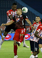 BARRANQUILLA-COLOMBIA, 14-10-2020: Willer Ditta de Atletico Junior y Carlos Sierra de America de Cali disputan el balon, durante partido entre Atletico Junior y America de Cali, de la fecha 14 por la Liga BetPlay DIMAYOR 2020 jugado en el estadio Metroplitano Roberto Melendez de la ciudad de Barranquilla. / Willer Ditta of Atletico Junior and Carlos Sierra of America de Cali battle for the ball, during a match between Atletico Junior and America de Cali of the 14th date for the BetPlay DIMAYOR Leguaje 2020 played at the Metroplitano Roberto Melendez Stadium in Barranquilla city. / Photo: VizzorImage / Jairo Cassiani / Cont.