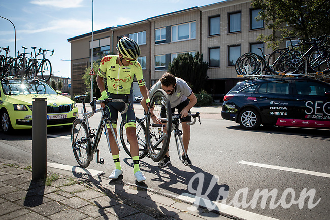 flat tire mechanical<br /> <br /> 94th Schaal Sels 2019<br /> One Day Race: Merksem  >  Merksem  (UCI 1.1)<br /> ©kramon